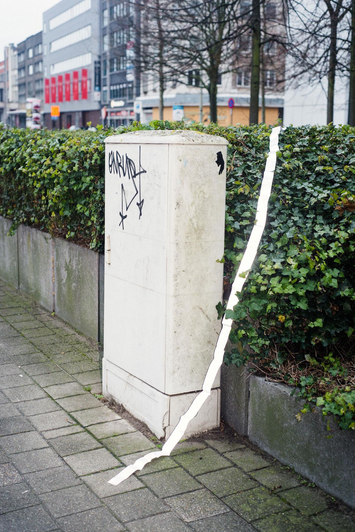 Photo de Nicolas Melemis symbolisant la notion de frontière par la disposition aléatoire, dans l'espace urbain, de bandes réfléchissantes parfois utilisées pour marquer les frontières entre les États