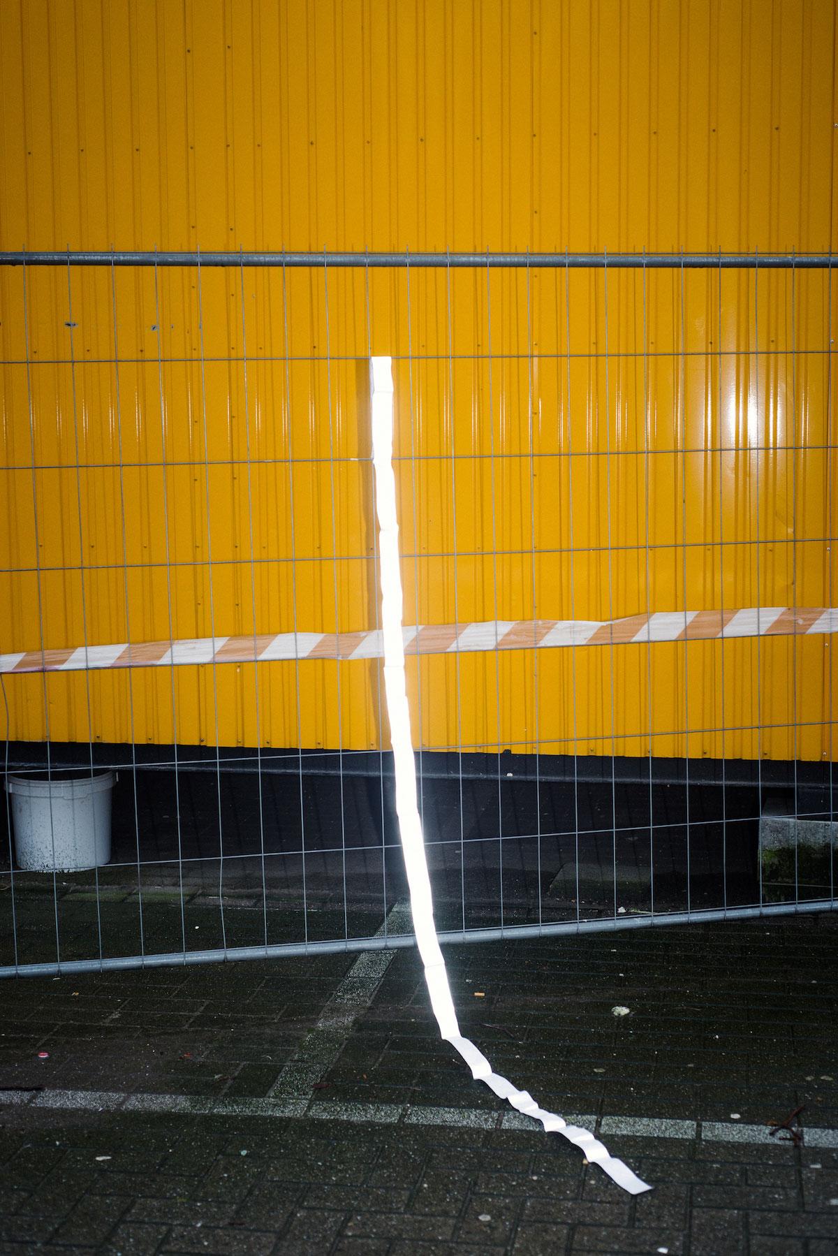 Photo de Nicolas Melemis symbolisant la notion de frontière par la disposition de bandes réfléchissantes parfois utilisées pour marquer les frontières entre les États